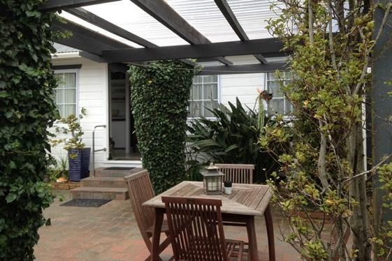 Paihia Place Cottage courtyard